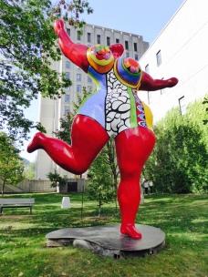 Une statue de Nikki Saint Phalle, une française.
