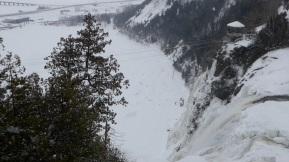 Les chutes de Montmorency sous la neige et la glace